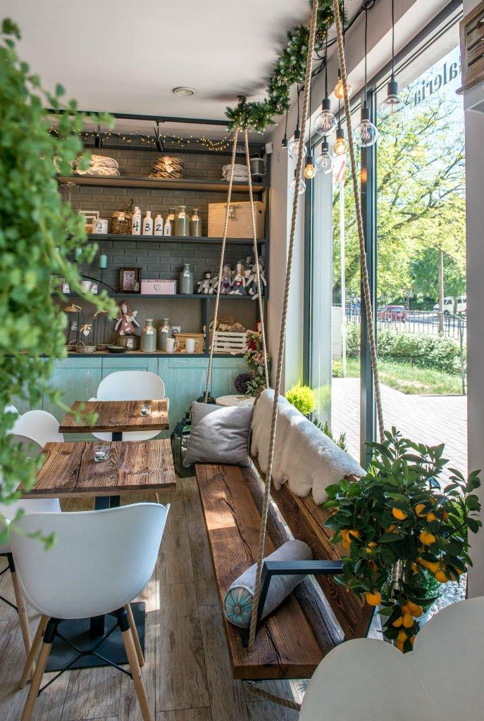 Kwiaciarnio Kawiarnia Na Huśtawce stoliki