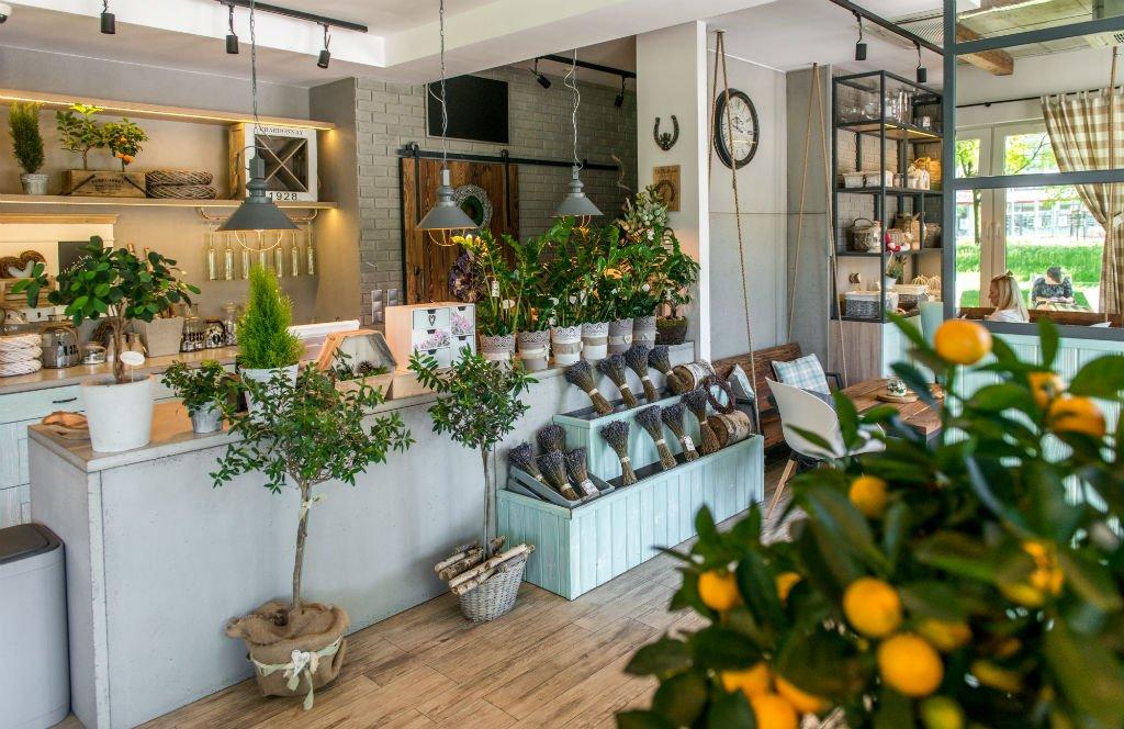 Kwiaciarnio Kawiarnia Na Huśtawce wnętrze